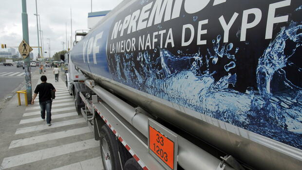 A man walks next to a YPF tanker at a gas station in Buenos Aires, Argentina, Quelle: dpa
