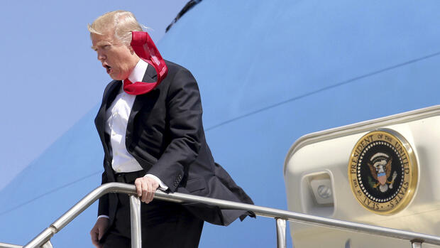Wind weht die Krawatte von US-Präsident Donald Trump, beim Verlassen der Air Force One auf den Palm Beach International Airport in West Palm Beach, Florida. Quelle: dpa
