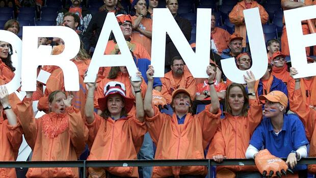 Dutch soccer fans hold letters that spell 'ORANGE' to support their national team Quelle: REUTERS