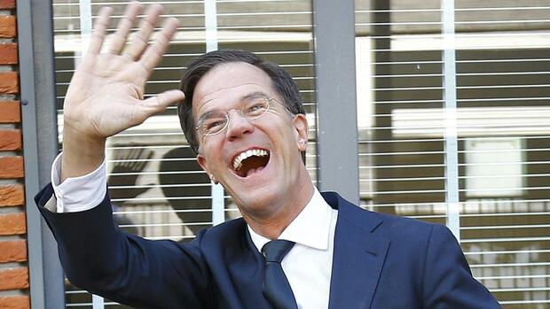 Dutch Prime Minister Mark Rutte of the VVD party waves after voting in the general election in The Hague, Netherlands, March 15, 2017. REUTERS/Michael Kooren TPX IMAGES OF THE DAY Quelle: REUTERS