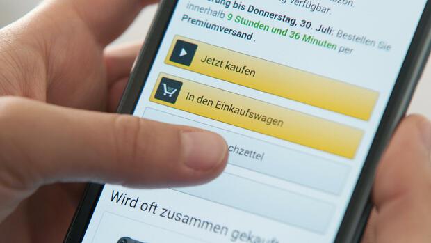 1dd3b097ff78f0 Immer mehr Deutsche nutzen ihr Handy zum Einkauf im Internet. Quelle  dpa