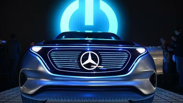 """Tesla, Inc. (bis 1. Februar Tesla Motors) ist ein US-amerikanisches Unternehmen, das gegründet wurde. Es nennt als Ziel: """"Die Beschleunigung des Übergangs zu nachhaltiger Energie"""". Dazu sollten so schnell wie möglich Elektroautos, Stromspeicher und Photovoltaikanlagen für ein breites Publikum gebaut werden."""