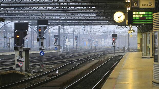 Empty railway tracks are seen at a Brussels train station Quelle: REUTERS