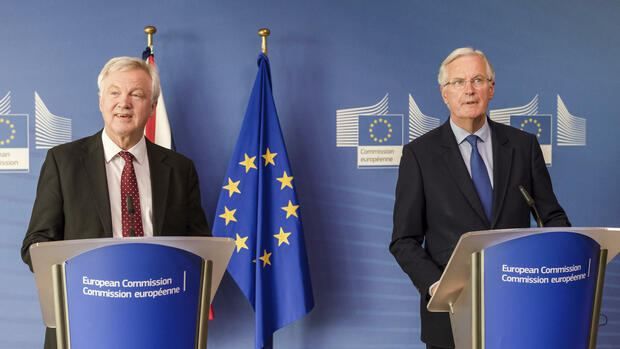 EU chief Brexit negotiator Michel Barnier, right, and British Secretary of State David Davis address the media prior to a meeting at the EU headquarters in Brussels, Monday, Sept.. 25, 2017. The European Union on Monday ramped up pressure on Britain ahead of a new round of Brexit talks, warning again that time is running out for Prime Minister Theresa May to clinch a deal. (AP Photo/Geert Vanden Wijngaert) Quelle: AP