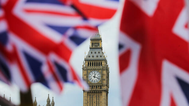 Britische Nationalflaggen vor dem Big Ben in London Quelle: dpa