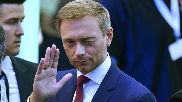 Christian Lindner of the Free Democratic Party waves after the state election in the western German state of Northrhine-Westphalia in Duesseldorf, Germany, Sunday, May 14, 2017. (AP Photo/Martin Meissner) Quelle: AP