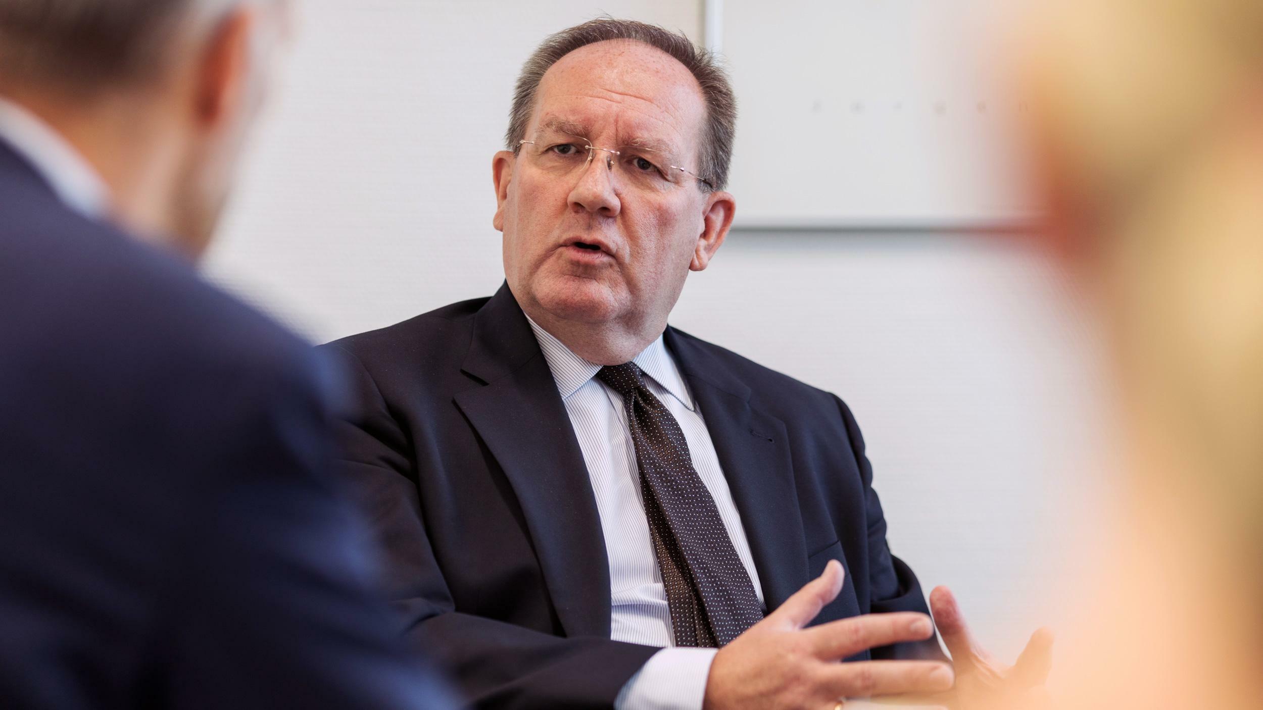 """Bafin-Chef Hufeld warnt vor """"perfektem Sturm"""""""