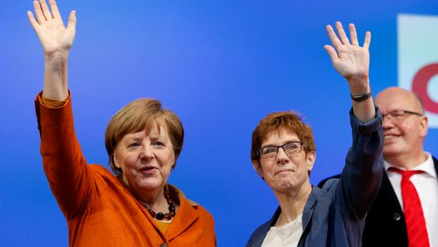 FILE - In this March 23, 2017 file photo German Chancellor Angela Merkel, left, and Prime Minister of German federal state Saarland Annegret Kramp-Karrenbauer wave during an election campaign in St.Wendel, Germany. (AP Photo/Michael Probst, file) Quelle: AP