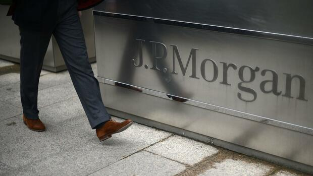 A man walks into the JP Morgan headquarters at Canary Wharf in London Quelle: REUTERS