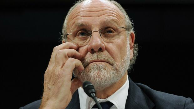 Former MF Global Chief Jon Corzine listens as he testifies before a House Financial Services Committee Oversight and Investigations Subcommittee hearing on the collapse of MF Global Quelle: REUTERS