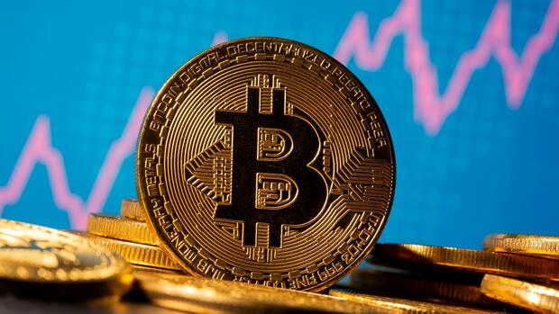 FILE PHOTO: A representation of virtual currency bitcoin is seen in front of a stock graph in this illustration taken November 19, 2020. REUTERS/Dado Ruvic/Illustration/File Photo Quelle: REUTERS