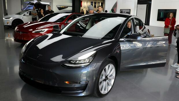 Ein Tesla Model 3 in einem Ausstellungsraum in Los Angeles. Quelle: REUTERS