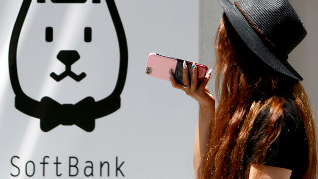 Frau vor SoftBank Filiale Quelle: REUTERS