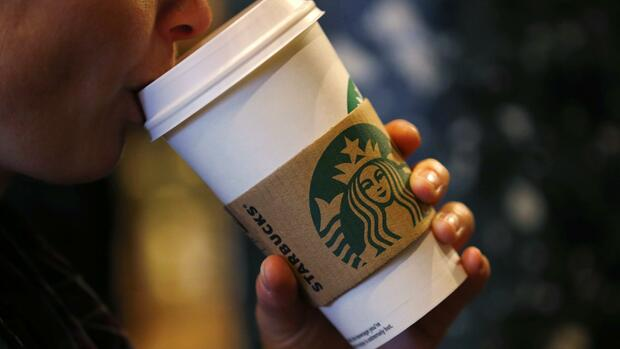 A customer sips her coffee in Starbucks' Mayfair Vigo Street branch in central London Quelle: REUTERS