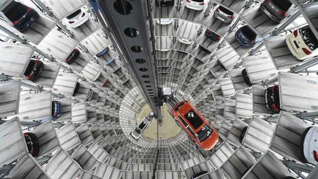 VW Golf VII car (R) and a VW Passat are loaded in a delivery tower at the plant of German carmaker Volkswagen in Wolfsburg Quelle: REUTERS