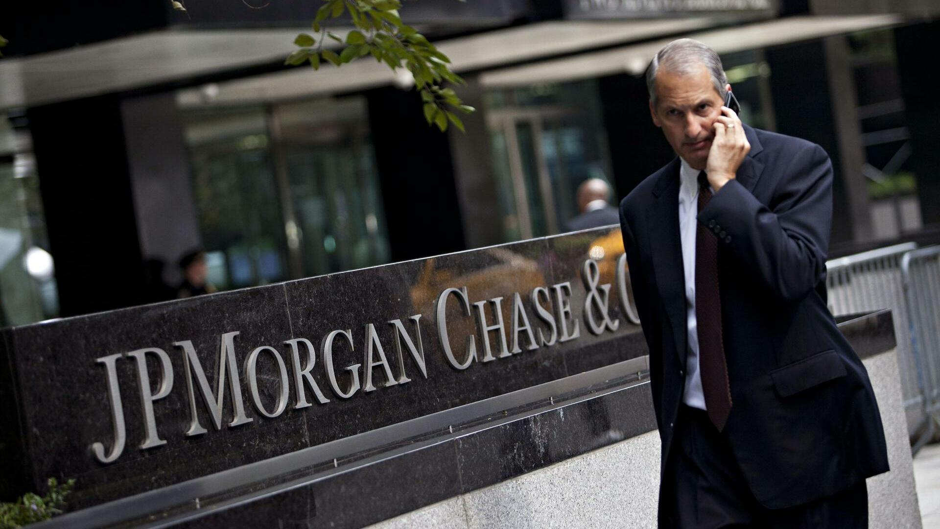 A man walks past JP Morgan Chase's international headquarters on Park Avenue in New York Quelle: REUTERS