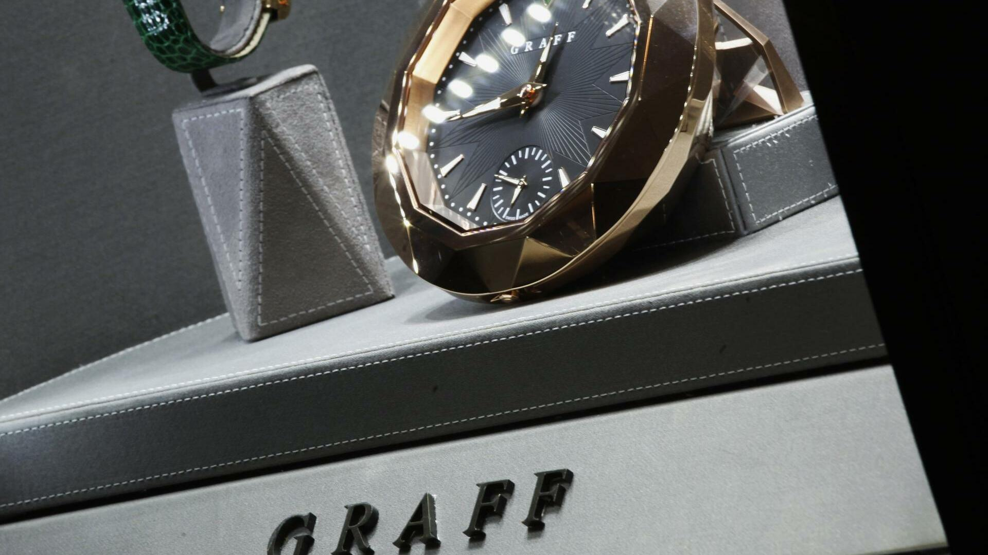Luxury clocks and watches are displayed inside a Graff Diamonds store at Peninsula Hotel in Hong Kong Quelle: REUTERS