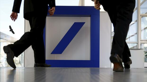 People walk past a Deutsche Bank logo ahead of the bank's annual general meeting in Frankfurt in this May 21, 2015 file photo. REUTERS/Kai Pfaffenbach/Files Quelle: REUTERS