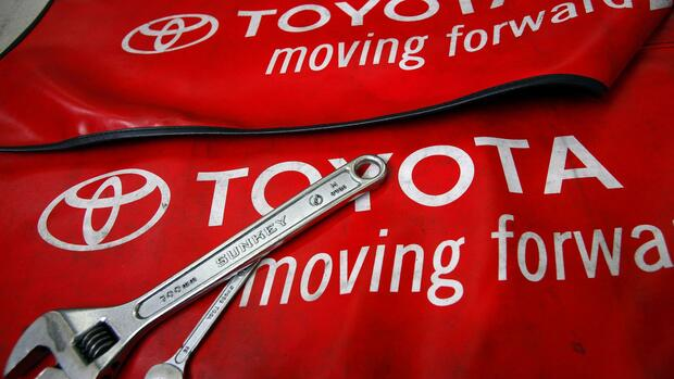 Spanners are placed on a mat by mechanics for the photographer inside a Toyota service centre in Taipei Quelle: REUTERS