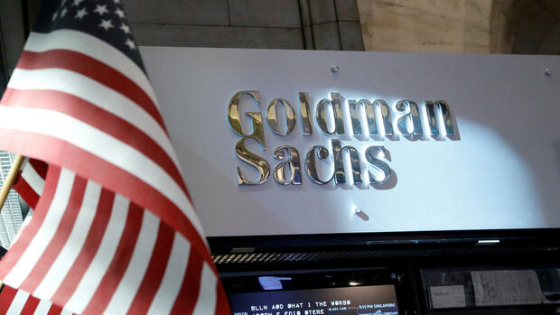 FILE PHOTO: A view of the Goldman Sachs stall on the floor of the New York Stock Exchange in New York, U.S., July 16, 2013. REUTERS/Brendan McDermid/File Photo Quelle: REUTERS