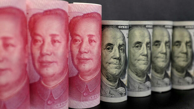 Yuan-Noten und Dollar-Noten. Quelle: REUTERS