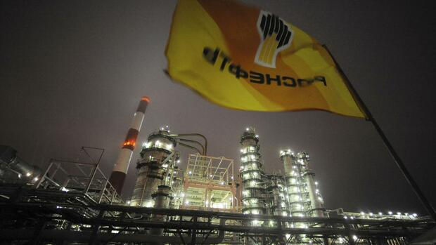 A flag with the logo of Rosneft, Russia's largest oil company, flutters over the Novokuibyshevsk refinery near the city of Samara, Russia, in this October 28, 2010 file photo. REUTERS/Nikolay Korchekov/Files Quelle: Reuters