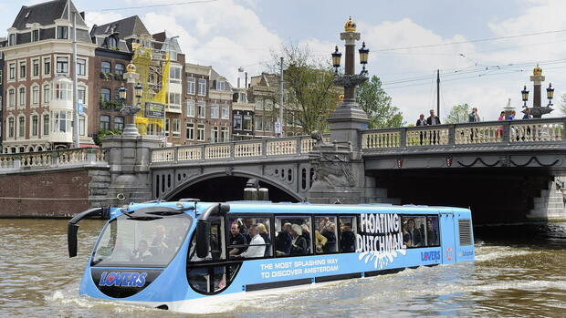 The 'Floating Dutchman' floats through a canal in Amsterdam Quelle: dpa