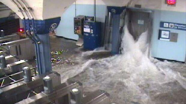 Floodwaters from Hurricane Sandy rush into the Port Authority Trans-Hudson's Quelle: REUTERS