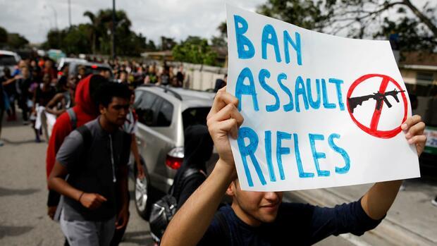 Schütze von Schulmassaker in Florida wegen Mordes angeklagt