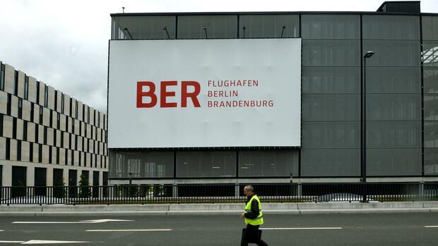 Keine Zulassung nach Abgastest: VW muss neue Autos auf BER-Parkplatz abstellen