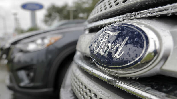 huGO-BildID: 41322386 In this Monday, Jan. 12, 2015 photo, Ford vehicles sit on the lot at a car dealership, in Brandon, Fla. Ford says it will take an $800 million charge in the fourth quarter because of exchange rate problems between the Venezuelan bolivar and the U.S. dollar. (AP Photo/Chris O'Meara) Quelle: AP
