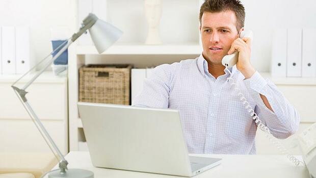 Ein Mann Telefoniert In Seinem Home Office Quelle: Fotolia