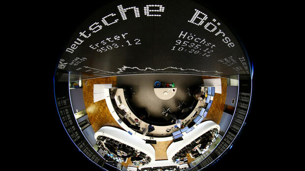 FILE PHOTO: The German share prize index (DAX) board and the trading room of Frankfurt's stock exchange (Boerse Frankfurt) are photographed with a circular fisheye lens during afternoon trading session in Frankfurt, Germany, February 23, 2016. REUTERS/Kai Pfaffenbach/File Photo GLOBAL BUSINESS WEEK AHEAD SEARCH GLOBAL BUSINESS 24 APR FOR ALL IMAGES Quelle: Reuters