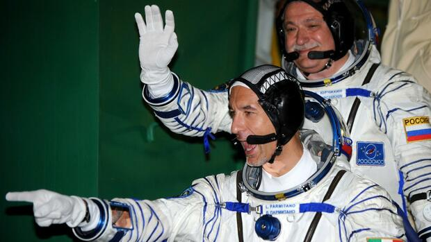 Der russische Astronauten Fjodor Jurtschichin (hinten) und der ESA-Astronaut Luca Parmitano vor ihrem Abflug zur International Space Station (ISS). Quelle: AP