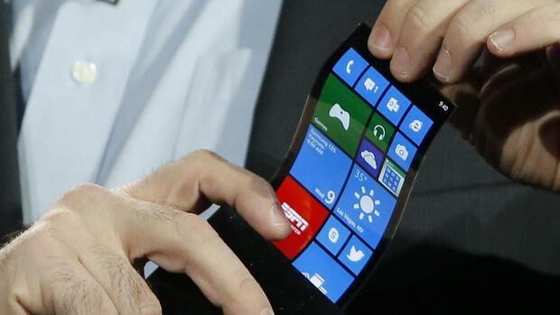 Ein mann hält den prototypen eines windows smartphones mit einem