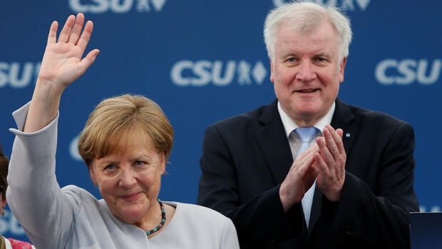 German Chancellor and head of the Christian Democratic Union (CDU) Angela Merkel and head of Christian Social Union (CSU) Horst Seehofer during the Trudering festival in Munich, Germany, May 28, 2017. REUTERS/Michaela Rehle Quelle: Reuters