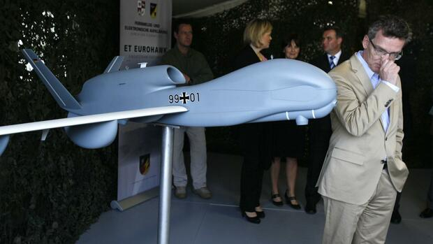 huGO-BildID: 31076605 File picture shows German Defence Minister Thomas de Maiziere as he stands next to a model of the Euro Hawk unmanned aerial vehicle (UAV) during his visit to the Joint Support Service base in Grafschaft near the western German city of Bonn July 12, 2011. Germany will not purchase Euro Hawk reconnaissance drones because meeting the standards required to win aviation approval would cost 500 million to 600 million euros, a German government source told Reuters on May 14, 2013. German armed forces have one prototype Euro Hawk and were considering whether to purchase an additional four drones, which are made by EADS and Northrop Grumman. Picture taken July 12, 2011. REUTERS/Wolfgang Rattay/Files (GERMANY - Tags: POLITICS MILITARY BUSINESS) Quelle: REUTERS