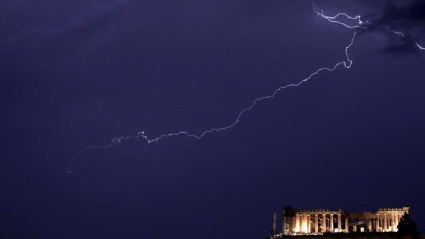 Lightning strikes over the Parthenon Temple on the Acropolis Hill during a thunderstorm in Athens Quelle: dpa