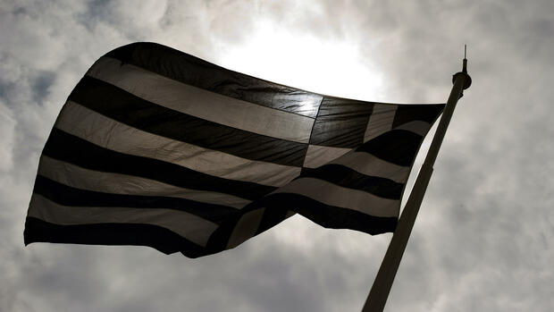 "huGO-BildID: 39752062 FILE - A greek flag waves in the sun in Athens, Greece, 29 June 2011. Photo: Arno Burgi/dpa (zu dpa «Athen macht ersten Schritt in Richtung Ende des IWF-Hilfsprogrammes"" vom 13.10.2014) +++(c) dpa - Bildfunk+++ Quelle: dpa"