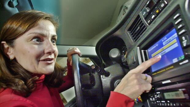 huGO-BildID: 2128827 ADVANCE FOR MONDAY FEB. 25--Nicole Gunther uses the Navigation System in her Honda at her home in Cupertino, Calif., Friday, Feb. 1, 2002. The Gunthers are the kind of consumers carmakers are banking on as they - and other high-tech companies - rev up on products that bring communication and entertainment conveniences of the home or office into the automobile. (AP Photo/Paul Sakuma) ## ADVANCE FOR MONDAY FEB. 25--Nicole Gunther uses the Navigation System in her Honda at her home in Cupertino, Calif., Friday, Feb. 1, 2002. The Gunthers are the kind of consumers carmakers are banking on as they - and other high-tech companies - rev up on products that bring communication and entertainment conveniences of the home or office into the automobile. (AP Photo/Paul Sakuma) Quelle: AP