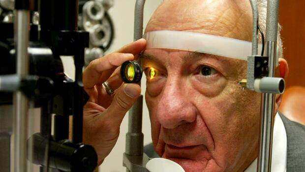 Ernest Hayeck, 77, has his eye's retina examined during a check-up Quelle: AP