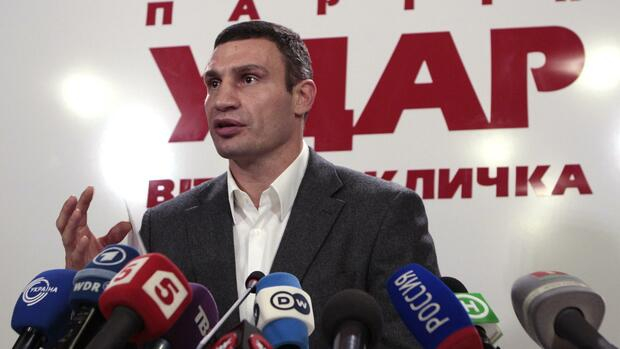 Heavyweight boxing champion and UDAR (Punch) party leader Vitaly Klitschko speaks at his party's election headquarters in Kiev, Quelle: REUTERS