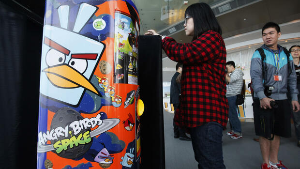 "A visitor tries on the new game ""Angry Birds Space"" during a launching ceremony in Hong Kong Quelle: dapd"