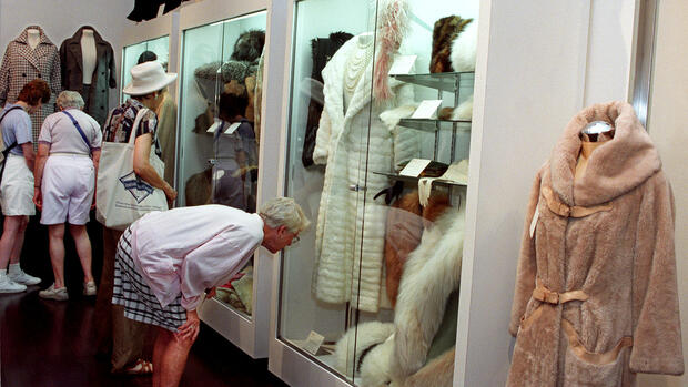 Visitors look at fur coats, stoles and hats worn by Marilyn Monroe on display at Christie's Rockefeller Center galleries Quelle: AP