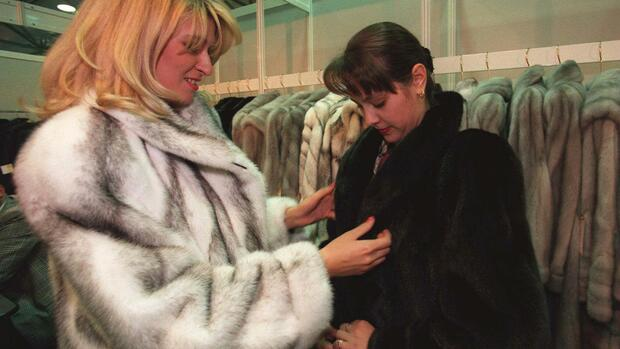 Two Russian women, who did not want to be identified, try on mink coats in Moscow Quelle: AP
