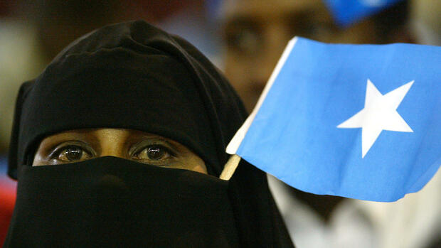 A Somali woman with a Somali flag stuck into her veil Quelle: AP