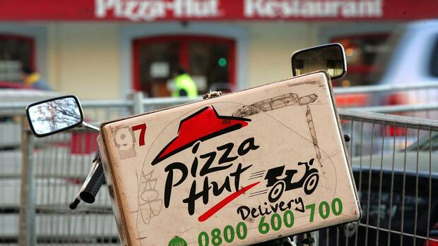 A delivery bike is pictured in front of a Pizza Hut restaurant in the Plainpalais quarter of Geneva, Quelle: AP