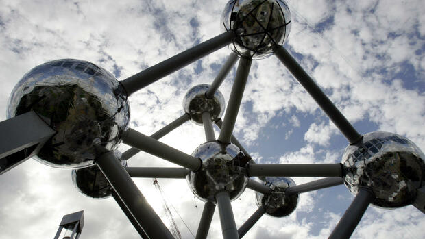 A view of the new shiny spheres of the Atomium in Brussels Quelle: AP