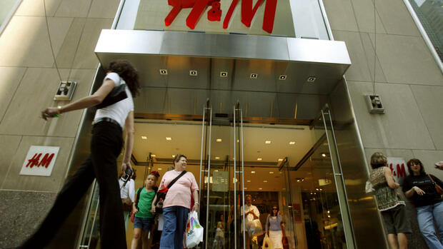 Pedestrians walk past the Fifth Avenue store owned by Stockholm-based fashion retailer Hennes & Mauritz (H&M) Quelle: AP