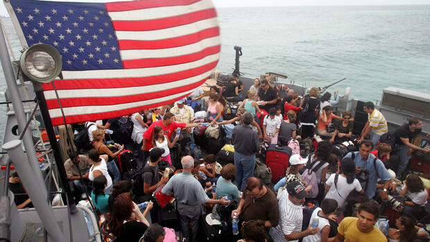 huGO-BildID: 6962485 American citizens board a LCU (Landing Craft Utility) at a beach in Beirut, Lebanon, Friday, July 21, 2006, to be taken to the USS Trenton, which will evacuate 2,000 Americans to Cyprus. The United States prepared to ship about 5,000 Americans from Beirut Friday to nearly complete the evacuation of its citizens from Lebanon as the international exodus reached a peak. (AP Photo/Hussein Malla) Quelle: AP